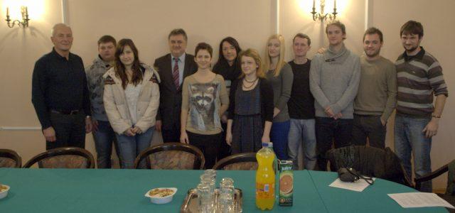Potpisani ugovori o stipendiranju s dva učenika srednjih škola i s osam studenata s područja Grada Gline.