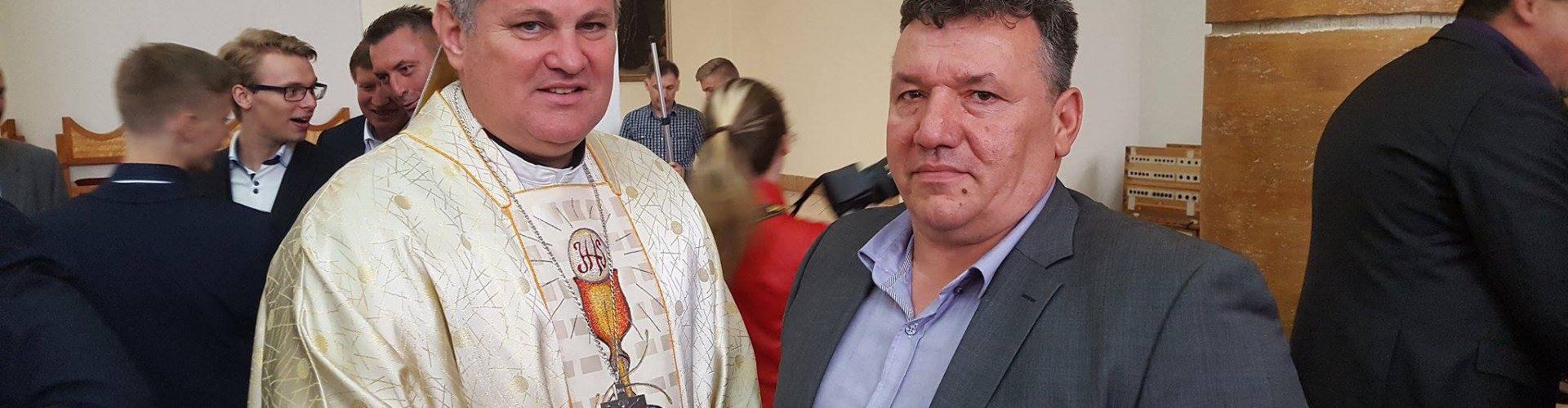 Biskup Košić podijelio Svetu potvrdu glinskim krizmanicima