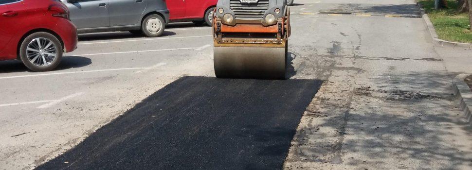 Asfaltiranje kolnih oštećenja ulica u gradu Glini