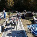 Postavljanje kocki na župnom groblju u Maloj Solini