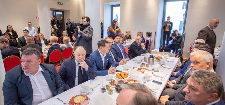 Gradonačelnik Stjepan Kostanjević na Molitvenom doručku u Sisačkoj biskupiji – gošća predsjednica RH K.G. Kitarović
